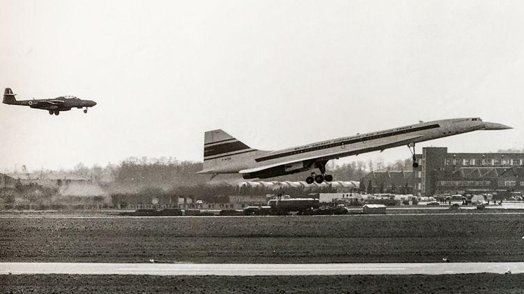 Concorde au moment de son décollage, suivi de près par le Gloster Meteor deJean Dabos. (SUD-AVIATION)