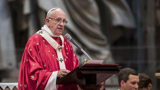 Le pape François lors de la messe de la Pentecôte, le 15 mai 2016 dans la basilique Saint-Pierre, au Vatican. (GIUSEPPE CICCIA / NURPHOTO / AFP)