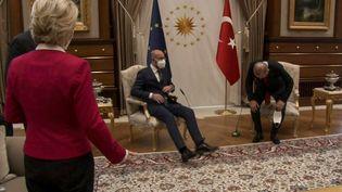 Extrait d'une vidéo montrant la présidente de la Commission européenne, Ursula von der Leyen, approcher du président turc, Recep Tayyip Erdogan, et du président du Conseil européen, Charles Michel, le 6 avril 2021, à Ankara (Turquie). (AFP)