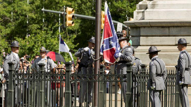 La drapeau confédéré est définitivement retiré du parc en Caroline du Sud lors d'une cérémonie à Columbia, le 10 juillet 2015 (JASON MICZEK / REUTERS )