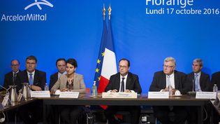 François Hollande, entouré des ministres Najat Vallaud-Belkacem et Christian Eckert, sur le sited'ArcelorMittal, à Florange (Moselle), le 17 octobre 2016. (JULIEN WARNAND / AFP)