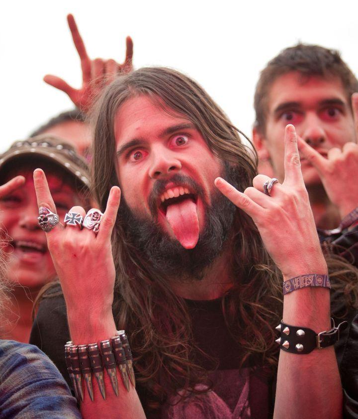 """Des festivaliers du Hellfest font le """"Horns up"""".  (Aymeric Guillonneau /Citizenside/ AFP)"""