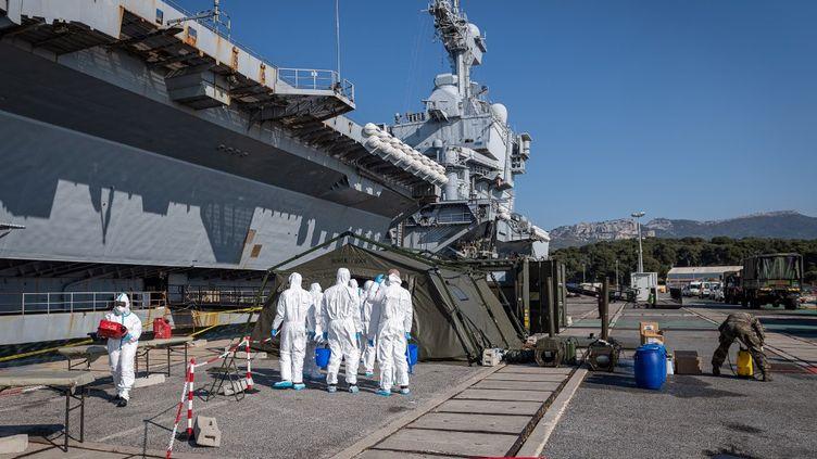 """Des équipes se préparent à désinfecter le porte-avions """"Charles-de-Gaulle"""", le 12 avril 2020 à Toulon (Var). (BENOIT EMILE / MARINE NATIONALE)"""