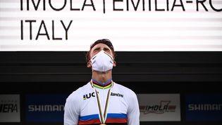 Le Français Julian Alaphilippeen larmes sur le podium après avoir reçuson titre de champion du monde à Imola (Italie), le 27 septembre 2020. (MARCO BERTORELLO / AFP)