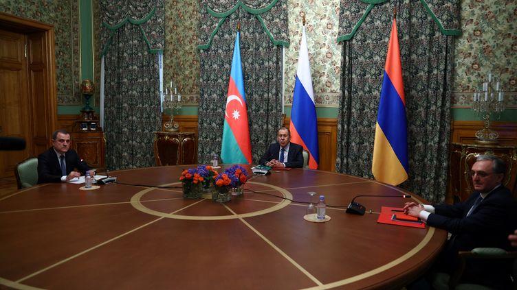 Le ministre des Affaires étrangères azerbaïdjanaisDjeyhounBaïramov(à gauche) et son homologue arménien Zohrab Mnatsakanyan (à droite), lors de discussions sur un cessez-le-feu au Haut-Karabagh,le9 octobre 2020 à Moscou (Russie). La négociation était menée par le ministre des Affaires étrangères russe Sergueï Lavrov. (RUSSIAN FOREIGN MINISTRY / AFP)