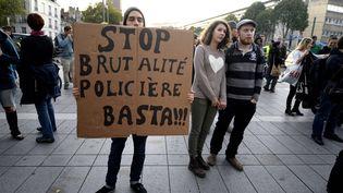 Des manifestants dénoncent la violence policière, le 27 octobre 2014 à Nantes (Loire-Atlantique), après la mort d'un jeune homme sur le barrage de Sivens (Tarn). (MAXPPP)