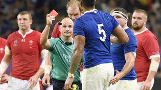Sebastien Vahaamahina écope d'un carton rouge après un coup de coude sur un joueur gallois, le 20 octobre. (MAXPPP)