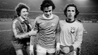 Le footballer Michel Platini quitte le terrain du Parc des Princes sous les applaudissements des spectateurs, le 1er avril 1978, avec une victoire 1 à 0 de la France face au Brésil. (STRINGER / AFP)