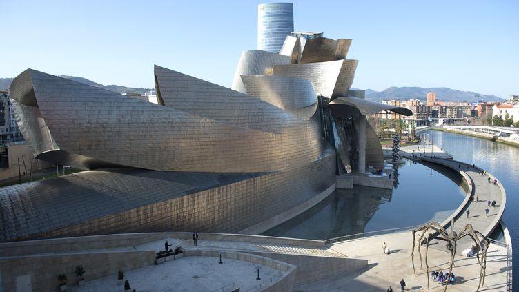 La ville de Bilbao, qui accueillera le grand départ du Tour de France 2023, avec son célèbre musée Guggenheim. (ANDER GILLENEA / AFP)