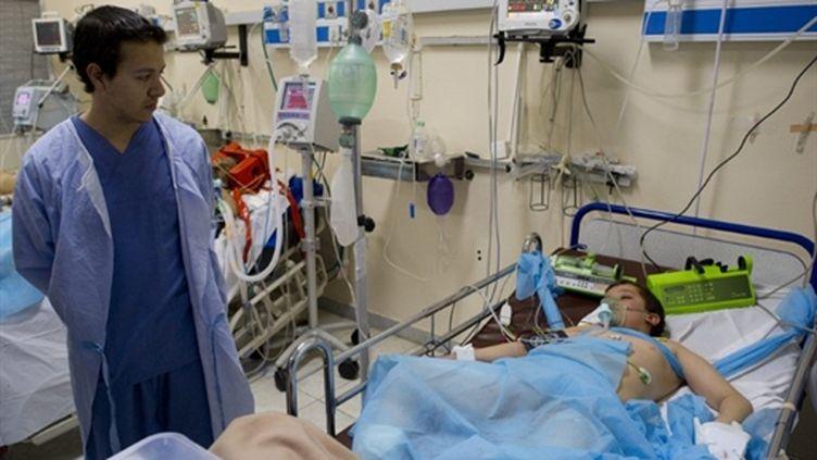 A l'hôpital de Misrata, le 17 avril 2011, un docteur visite un enfant blessé à la tête par un obus. (AFP - Odd Andersen)
