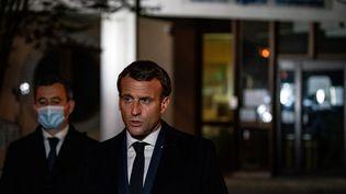 Emmanuel Macron devant le collège du Bois d'Aulne, à Conflans-Sainte-Honorine (Yvelines), le 16 octobre 2020. (ABDULMONAM EASSA / POOL / AFP)