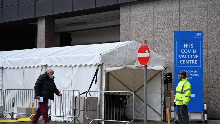 Un homme arrive dans un centre de vaccination contre le Covid-19 àWembley (Royaume-Uni), le 19 janvier 2021. (JUSTIN TALLIS / AFP)
