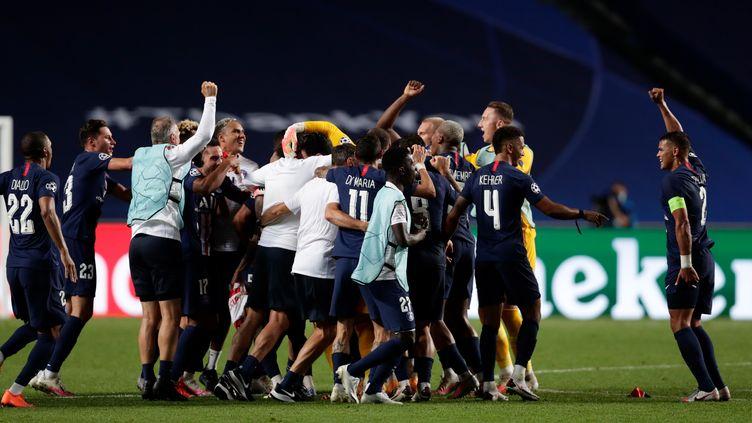Les joueurs du PSG fêtent leur victoire contre Leipzig en demi-finale de la Ligue des champions, le 18 août 2020 à Lisbonne. (MANU FERNANDEZ / POOL)