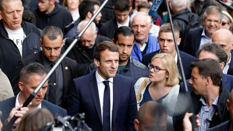 Alexandre Benalla, placé derrière Emmanuel Macron lors d'un déplacement organisé pendant la campagne présidentielle à Rodez (Aveyron), le 5 mai 2017. (REGIS DUVIGNAU / REUTERS)