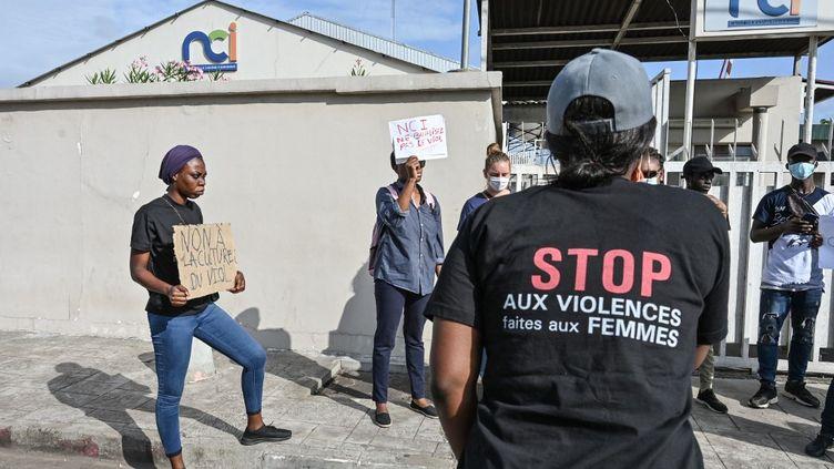 Des femmes ivoiriennes dénoncent les violence faites aux femmes à Abidjan, en Côte d'Ivoire, le 1er septembre 2021. (SIA KAMBOU / AFP)