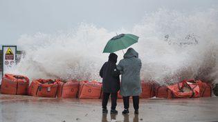 Des curieux regardent la mer monter et les vagues lécher le rivage, le 20 février 2015, à Saint-Malo (Ille-et-Vilaine), à la veille des grandes marées. (MAXPPP)