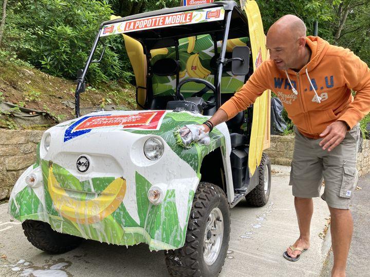 Avant le départ, tous les véhicules de la caravane sont lavés plusieurs fois, soigneusement. (AH)