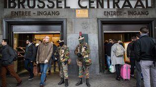 Des soldats surveillent l'entrée de la gare centrale de Bruxelles le 23 mars 2016.