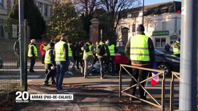 """""""Gilets jaunes"""" : un mort et plus de 200 blessés"""