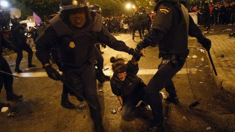 Un manifestant est arrêté par les forces de l'ordre lors d'une manifestation devant le Parlement espagnol, à Madrid, le 25 septembre 2012. (SUSANA VERA / REUTERS)
