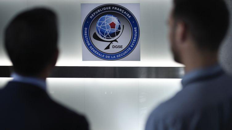 Deux hommes posent dans les quartiers généraux de laDirection générale de la sécurité extérieure (DGSE), le 4 juin 2015. (MARTIN BUREAU / AFP)