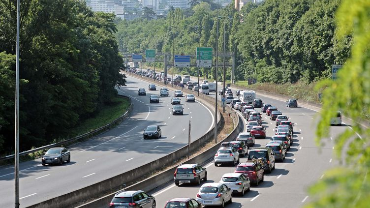 Embouteillages sur l'A6, le 6 juillet 2013, à l'entrée de Lyon (Rhône). (JOEL PHILIPPON / MAXPPP)