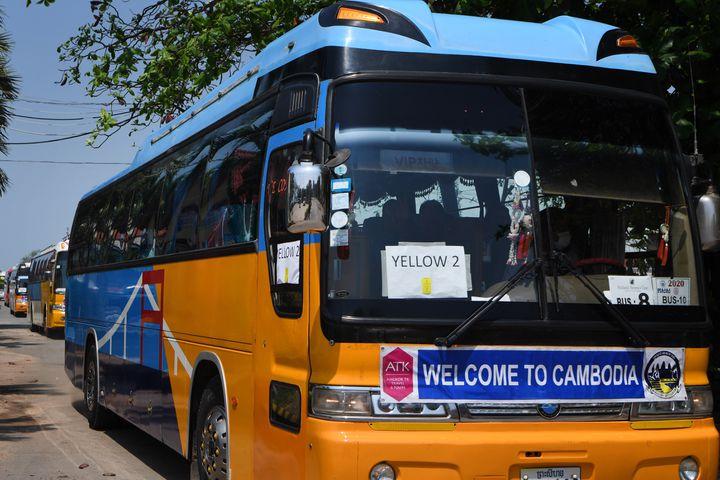 """Les derniers passagers confinés du""""MS Westerdam"""" débarquent au port cambodgien deSihanoukville, mercredi 19 février 2020. (TANG CHHIN SOTHY / AFP)"""