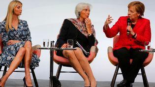 """Ivanka Trump, Christine Lagarde, et Angela Merkel assises sur """"Esat River Chair"""" d'Hella Jongerius (2013/14) pendant le sommet W20 Women's Summit à Berlin, 2017.  (Picture Alliance / REUTERS, photo: Hannibal Hanschke)"""
