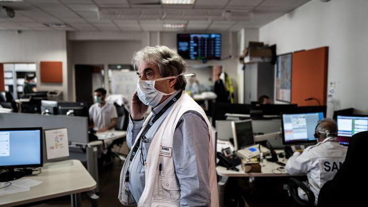 Depuis le début du confinement, les appels au Samu pour des crises d'angoisse et des suspicions d'infarctus se sont multipliés, ici à l'hôpital Edouard Herriot de Lyon (Rhône), le 19 mars 2020. (JEFF PACHOUD / AFP)