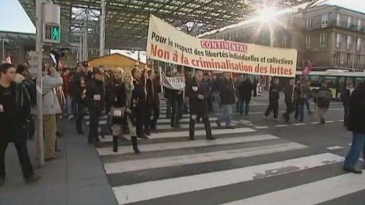 Manifestation de soutien au syndicaliste Xavier Mathieu, ancien leader CGT de l'usine Continental de Clairoix (Oise), avant son procès en appel, à Amiens (Somme), le 4 janvier 2012. (FTVi / FRANCE 3)
