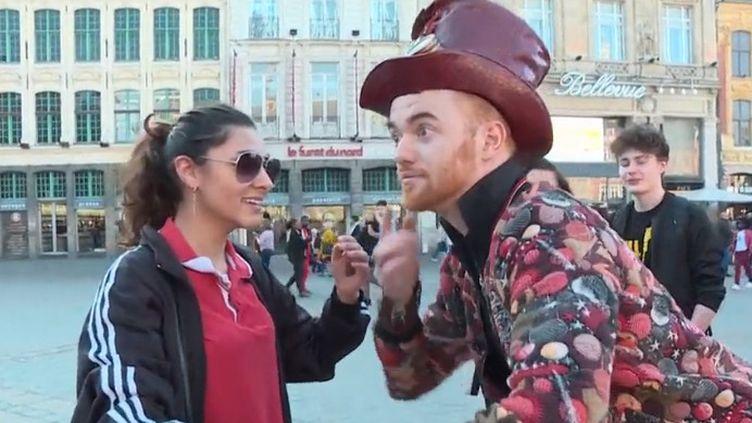 Humoriste, musicien, mime, danseur, Jovany est un artiste tout à fait déroutant. France 3 l'a rencontré chez lui, à Lille (Nord), devant son public. (FRANCE 3)