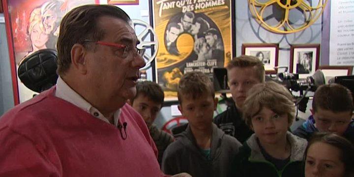 Jacky Lebas fait visiter son exposition aux scolaires.   (Capture d'image France3/Culturebox)