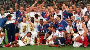 Les joueurs de l'équipe de France, vainqueurs de la Coupe du monde de football 1998 au Stade de France à Saint-Denis (Seine-Saint-Denis), le 12 juillet 1998. (POPPERFOTO / GETTY IMAGES)