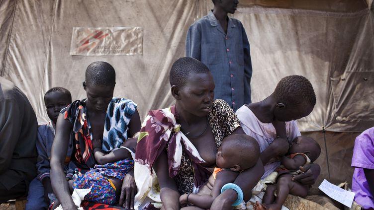 Des mères allaitent leur enfant tandis qu'elles attendent un traitement médical contre le choléra prodigués par MSF à Minkamman au Soudan du Sud, le 3 mars 2014. (JM LOPEZ / AFP)