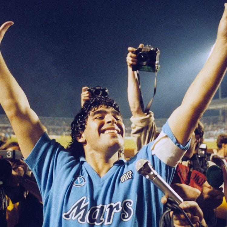 Diego Maradona, meneur de jeu de Naples, fête la victoire de son club en finale de la Coupe de l'UEFA, le 17 mai 1989, à Stuttgart (Allemagne). (PICTURE ALLIANCE / GETTY IMAGES)