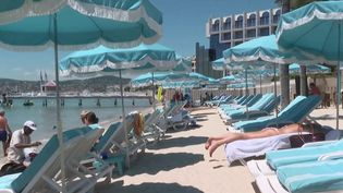 L'ambiance estivale a l'avantage de relancer certains secteurs d'activité. C'est le cas des restaurants des plages qui attendent de recevoir une clientèle encore timide ces dernières semaines. (France 3)