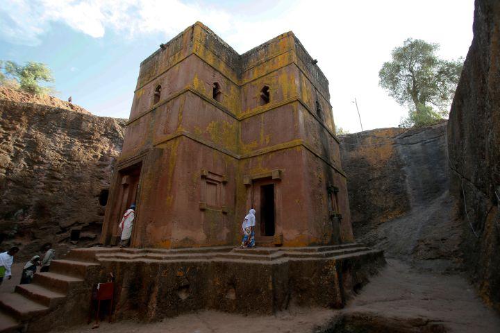L'église Saint-Georges, remontant au XIIIe siècle et creusée dans le roc, sur le site de Lalibela (Ethiopie), classé au Patrimoine mondial de l'Unesco. (MINASSE WONDIMU HAILU / ANADOLU AGENCY)