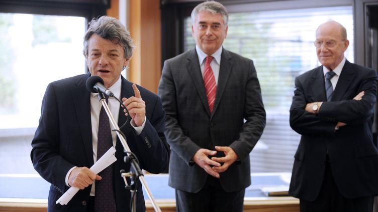Jean-Louis Borloo s'exprime en compagnie de Gilles Bourdouleix, maire de Cholet (Maine-et-Loire), le 23 juin 2011. (FRANK PERRY / AFP)