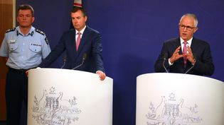 De gauche à droite : le préfet de la police fédérale, le ministre de la Justice fédéral et le Premier ministre australien, le 23 décembre 2016 à Sydney (Australie). (DAVID GRAY / REUTERS)