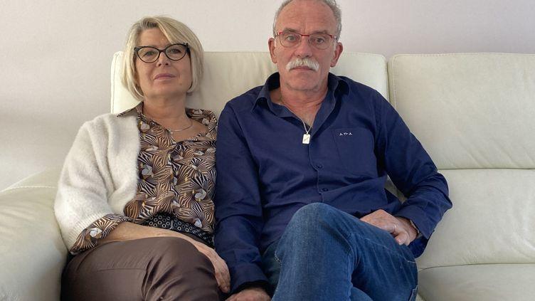 Les parents d'Alexia Daval,Isabelle et Jean-Pierre Fouillot, dans leur salon. (DAVID DIGIACOMO / RADIO FRANCE)