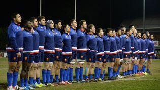 L' équipe de France de rugby pendantles hymnes nationaux avant d'affronter le Pays de Galles au Tournoi dessix nations au parc d'Eirias (Pays de galles), le 27 février 2016. (OLI SCARFF / AFP)