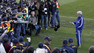 Le sélectionneur des Bleus, Raymond Domenech, lit le communiqué écrit par les joueurs grévistes, à Knysna (Afrique du Sud), le 20 juin 2010. (MAXPPP)