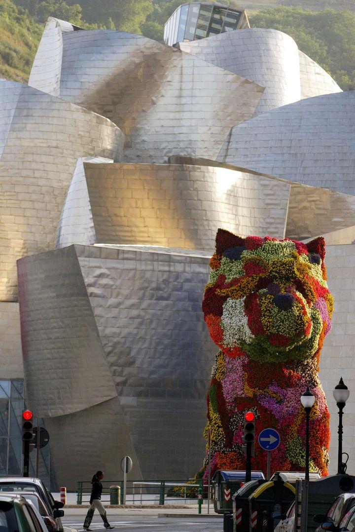 """Douze mètres de haut,17 000 fleurs,le chien """"Puppy""""reste la star du Guggenheim  (RAFA RIVAS / AFP)"""