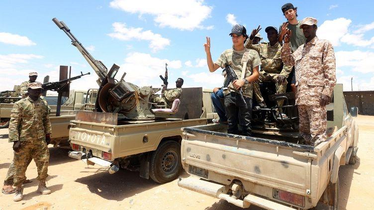 Des hommes du GNA entrent dans la ville d'Abu Qurain, à mi-chemin entre Tripoli la capitale et Benghazi, tenue par le maréchal Khalifa Haftar. (MAHMUD TURKIA / AFP)