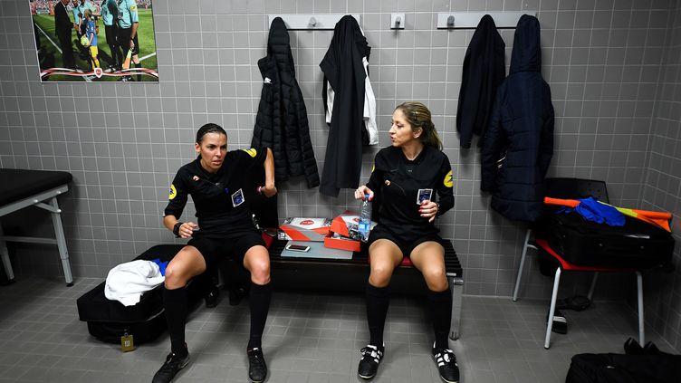 Stéphanie Frappart et Manuela Nicolosi ont été accueillies dans des conditions privilégiées avant Valenciennes-Béziers, en Ligue 2, en avril 2019 (FRANCK FIFE / AFP)