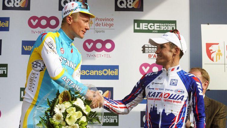 Vinokourov et Kolobnev sur le podium de Liège-Bastogne-Liège en 2010 (LALMAND-DOPPAGNE-KRAKOWSKI / BELGA)