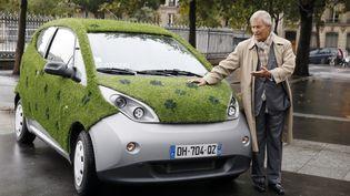 L'industriel Vincent Bolloré présente une de ses neuf Autolib customisées, le 8 octobre 2014 à Paris. (PATRICK KOVARIK / AFP)