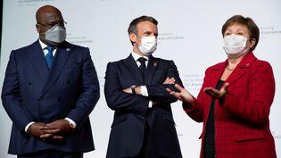 De gauche à droite, le président de la République démocratique du Congo et de l'Union africaine Felix Tshisekedi, son homologue français Emmanuel Macron et la directrice générale du Fonds monétaire international (FMI) Kristalina Georgieva font une déclaration lors du Sommet sur le financement des économies africaines, au Grand Palais Ephémère, à Paris, France, le 18 mai 2021. (REUTERS)