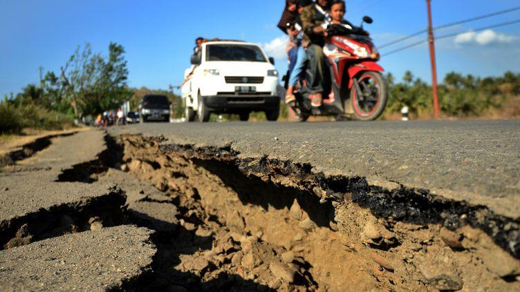 Une route fissurée à Kayangan sur l'île de Lombok en Indonésie, le 8 août 2018. (SONNY TUMBELAKA / AFP)
