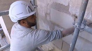 Les tailleurs de pierre sont prêts à aider à la reconstruction de Notre-Dame. (FRANCE 3)